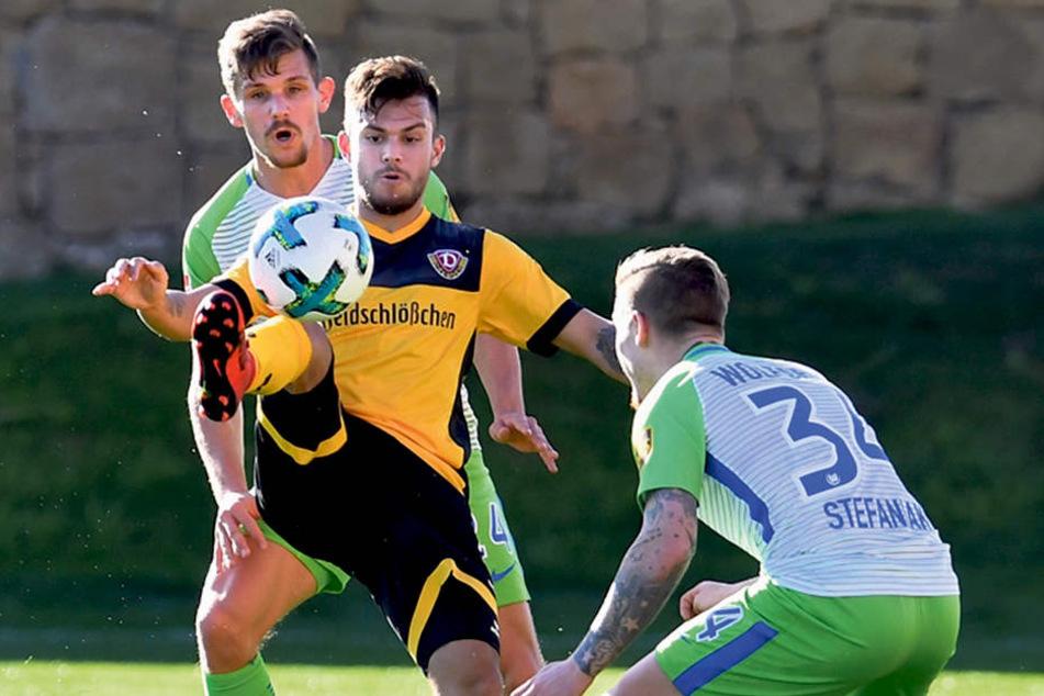 Testspiel gegen den VfL Wolfburg: Sascha Horvath (M.) versucht, den Ball im Duell mit Ey-Dynamo Marvin Stefaniak (r.) und Sebastian Jung zu behaupten.