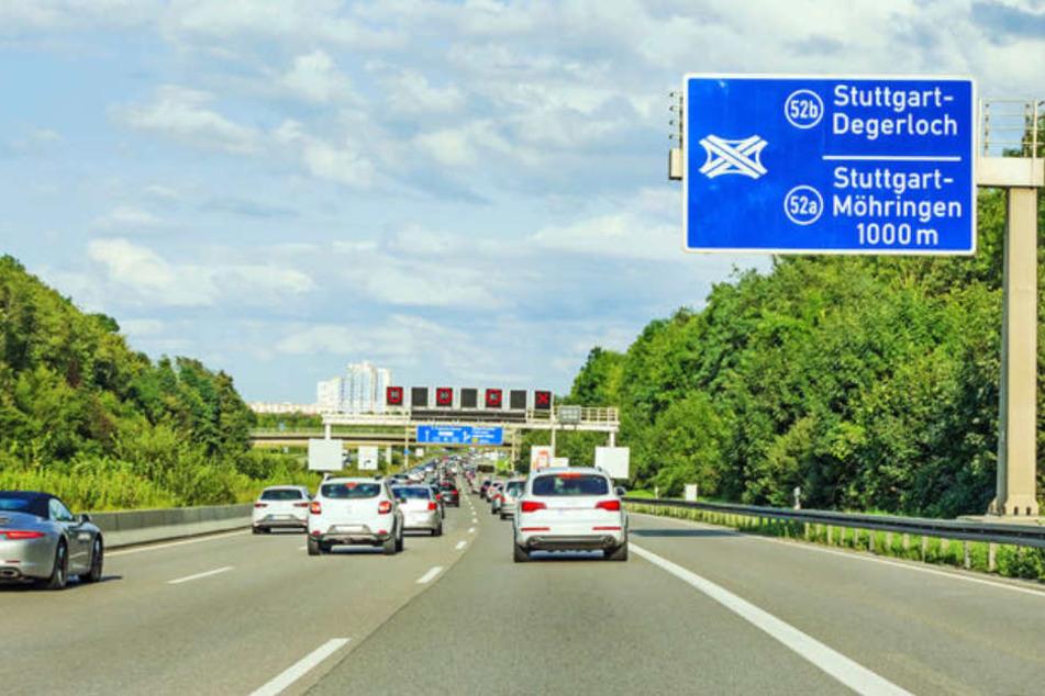 Bei einem Unfall auf der A8 nahe Stuttgart wurde ein Toyota von einem Fahrstreifen zum nächsten geschleudert. Immer wieder krachten Fahrzeuge in das Auto. (Symbolbild)