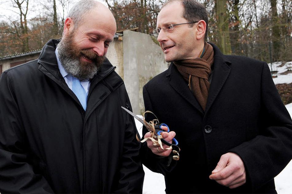 Innenminister Markus Ulbig  brachte dem Hohburger Bürgermeister bereits 2011 eine Schere mit.