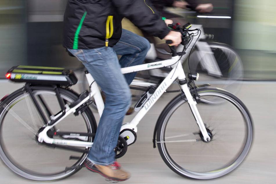 Der 39-Jährige war ohne Licht und mittig auf der Fahrbahn mit einem E-Bike unterwegs. (Symbolbild)