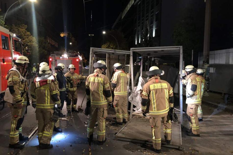 Der Rettungswagen war mit einem Patienten auf dem Weg ins Krankenhaus und krachte gegen ein Fußgängerdurchgang.