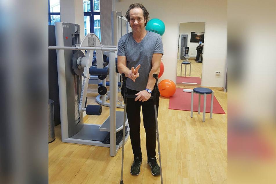 Magier Milko Bräuer trainiert nach seinem Oberschenkel-Knochenbruch in der Reha in Altenberg.