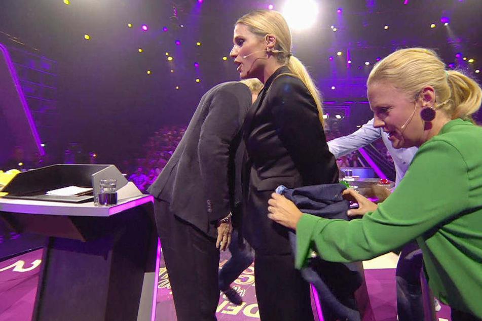 Ups, Hose gerissen: Moderatorin Barbara Schöneberger deckt das Malheur erst einmal mit Möhrings Jackett ab.