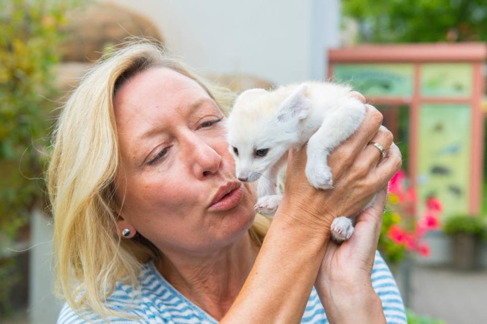 Zoo-Chefin Bärbel Schroller (50) mit dem kleinsten Fuchs der Welt.