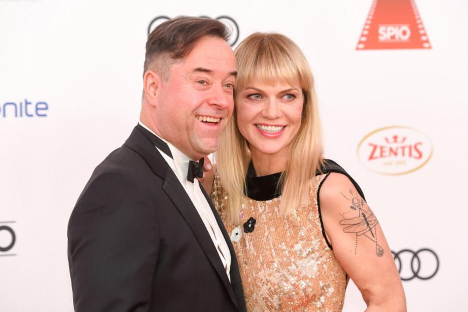 Schauspieler Jan Josef Liefers lacht gerne mit Anna Loos.