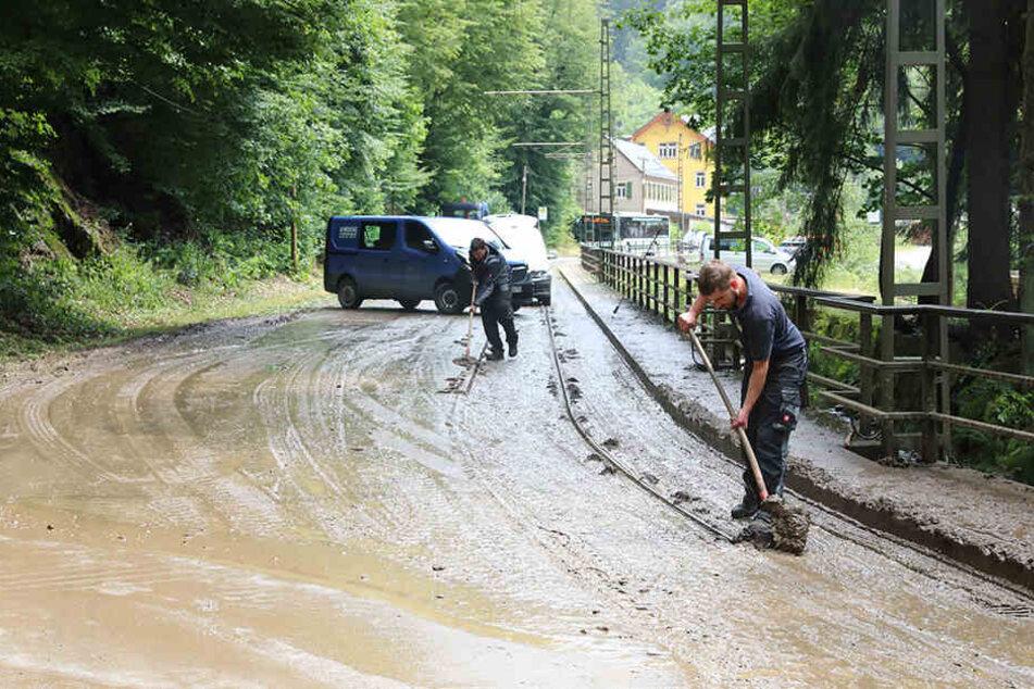 In zwei Stunden 43 Liter Regen pro Quadratmeter: Bei Aufräumarbeiten wurden auch die Gleise der Kirnitzschtalbahn gesäubert.