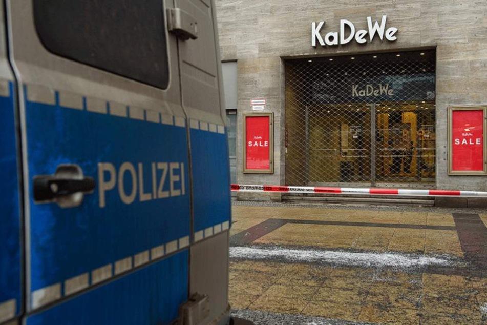 Polizei steht vor dem Tatort. Diebe erbeuteten im KaDeWe wertvollen Schmuck und Uhren.