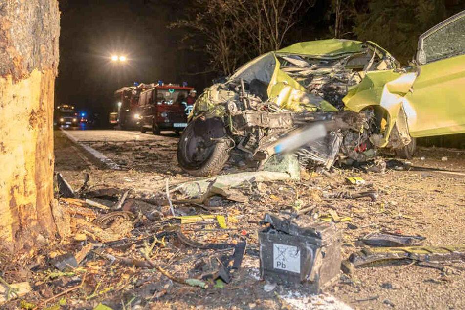 Tödlicher Unfall im Vogtland: 22-Jähriger stirbt nach Crash gegen Baum