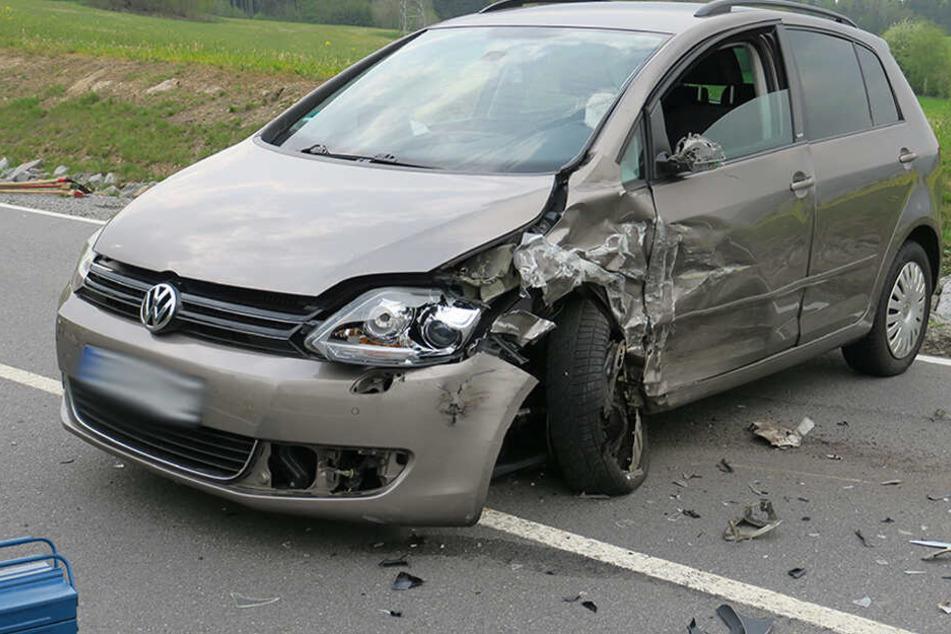 Vollsperrung! Zwei Verletzte bei heftigem Crash auf Landstraße