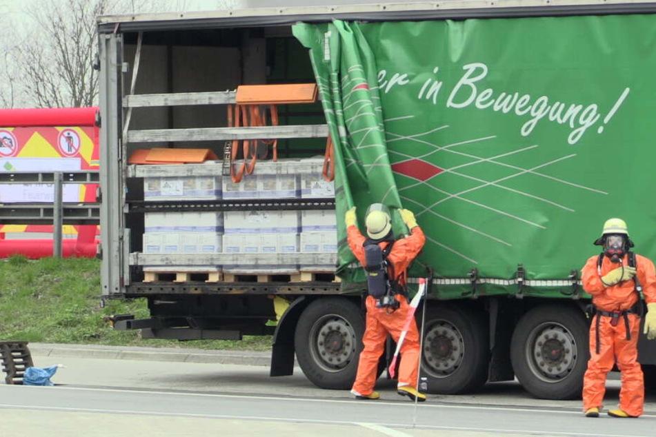 Aus dem Lastzug drohten Chemikalien auszulaufen.