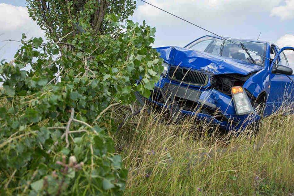 Skoda kracht gegen Strommast: Fahrerin schwer verletzt