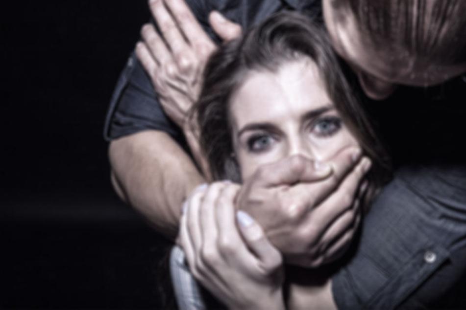 Der Unbekannte würgte die Frau von hinten und bedrohte sie mit einem Messer. (Symbolbild)