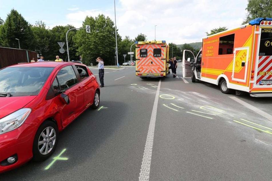 Polizisten haben den Unfallhergang mit Strichen nachgestellt. Die Fahrerin des roten PKWs (links) hat das Motorrad übersehen.