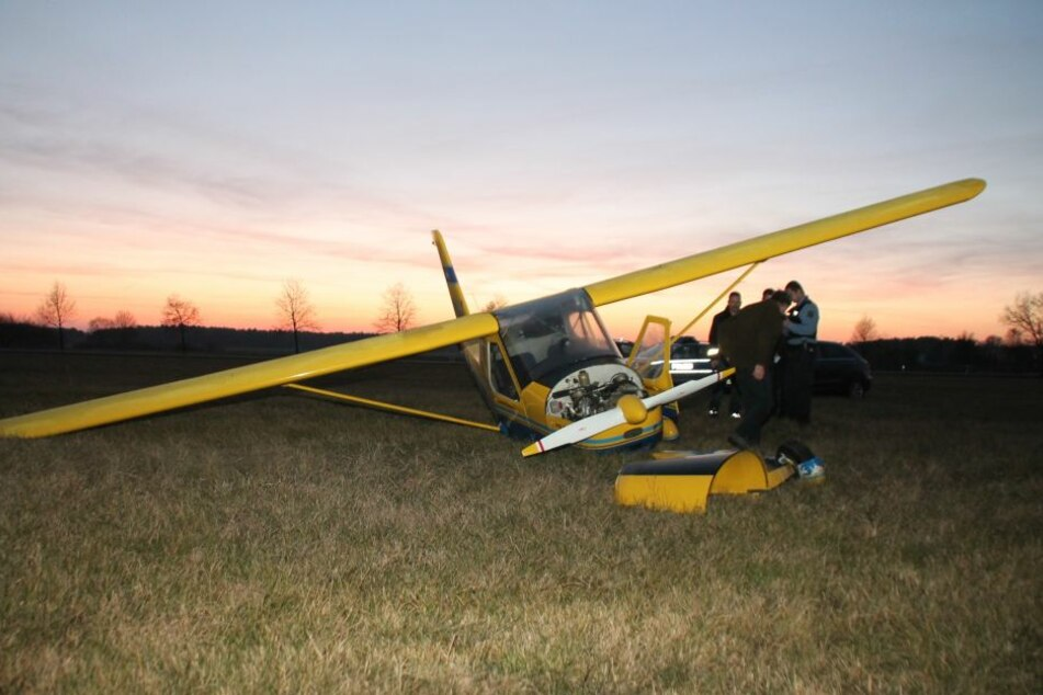 Beim Versuch auf dem Feld zu wenden, brach das Fahrwerk des Fliegers ab.