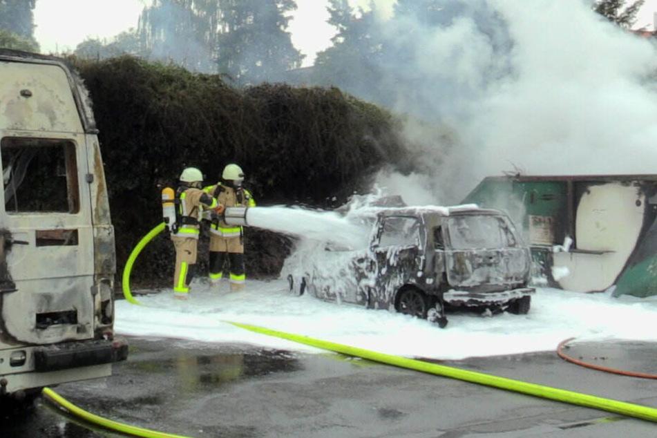 Die Feuerwehr bekämpft den Brand mit Schaummitteln um jegliche Brandherde zu löschen.