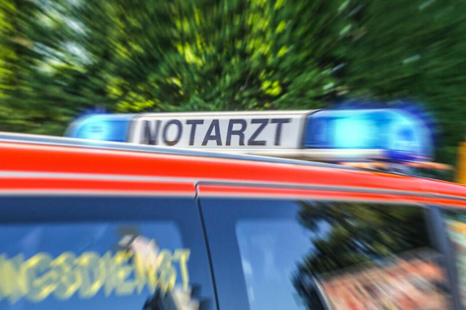 Die Beifahrerin des Unfallverursachers musste in ein Krankenhaus gebracht werden. (Symbolbild)
