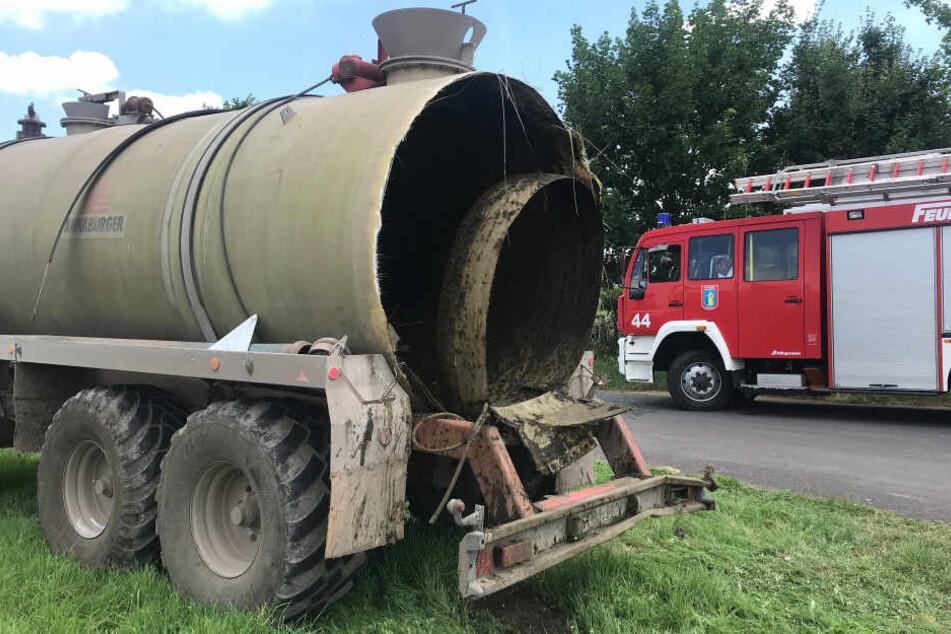 Igitt! Anhänger mit 300 Litern Gülle mitten auf Bundesstraße explodiert