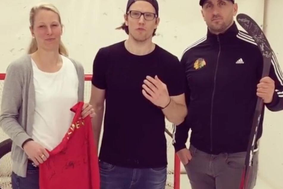 Christian Ehrhoff spendet seinen Eishockey-Schläger.