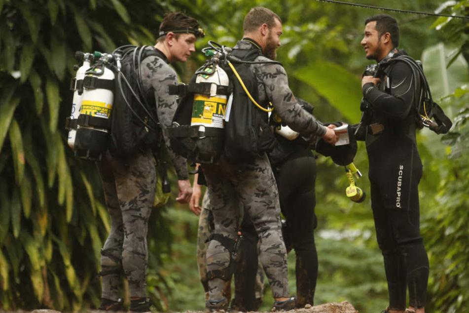 Höhlentaucher aus Australien und Thailand sind vor Ort, um den Rettungseinsatz zu koordinieren.