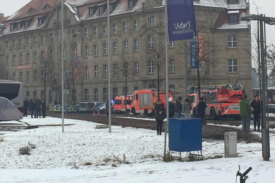Mehrere Einsatzkräfte sind am Leipziger A&O-Hostel vor Ort.