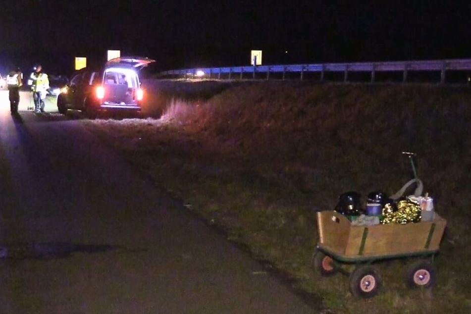 Ein Bollerwagen steht noch an einer Unfallstell, nachdem ein Autofahrer eine achtköpfige Gruppe übersehen hatte, die mit einem auf Kohltour war.
