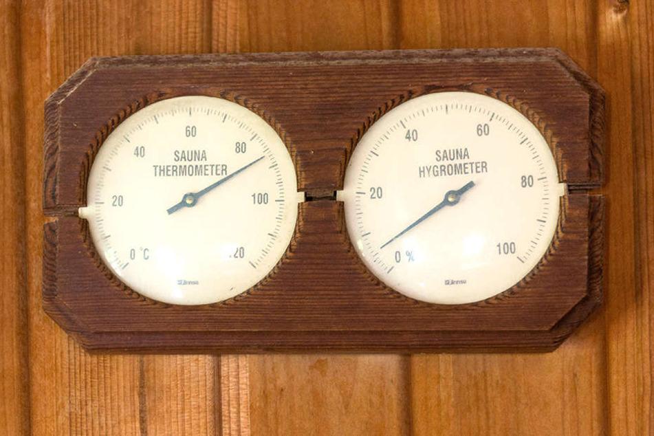 Wer in der heißen Holzhütte bei fast 90 Grad schmort, empfindet die 35 Grad draußen als erfrischend - zumindest vorübergehend.
