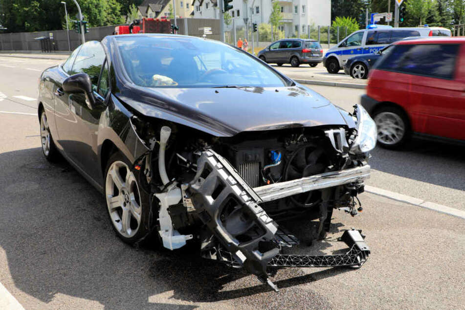 Der Peugeot wurde stark demoliert.