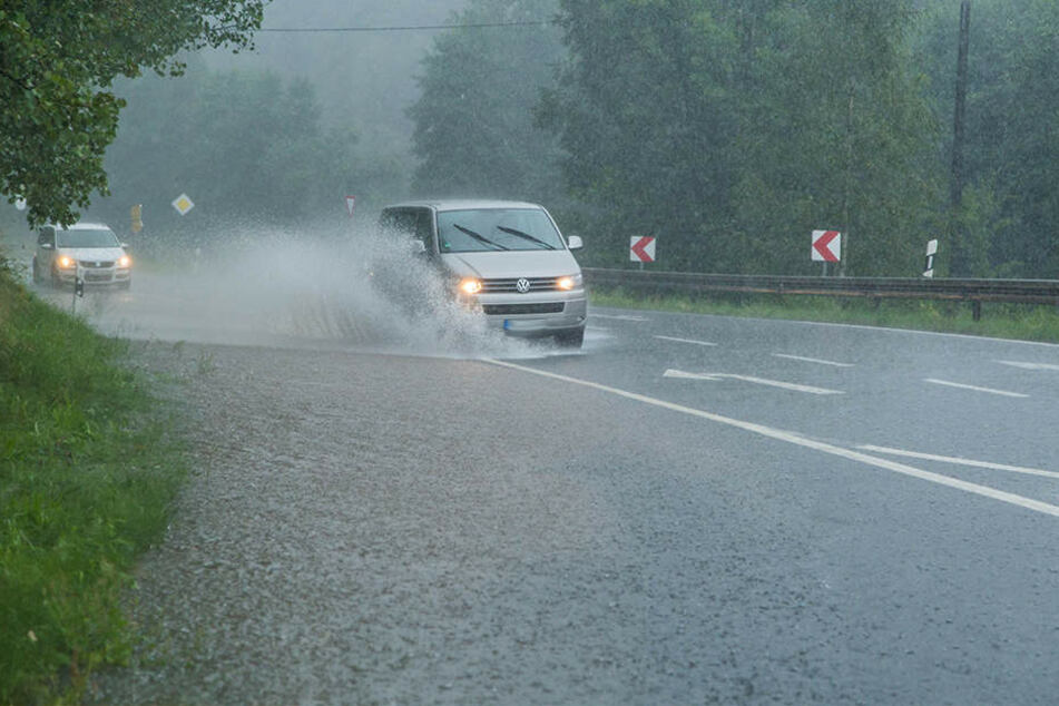 Dauerregen! Erste Straßen überflutet