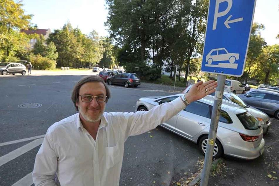 Redakteur Bernd Rippert (56) als MOPO24-Parkinspektor in der  Erich-Schmidt-Straße.