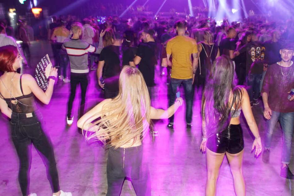 Fans der elektronischen Musik feiern ausgelassen am Samstag in der Messehalle.