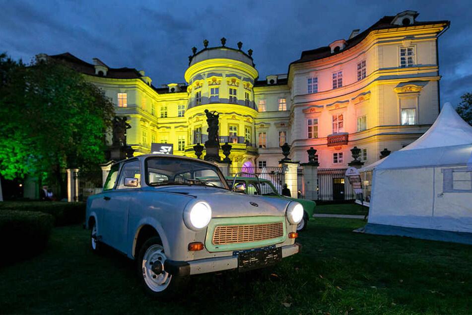 Trabis und Zelte im Park des nächtlich beleuchteten Palais Lobkowitz erinnerten an die dramatischen Stunden vor genau 30 Jahren.