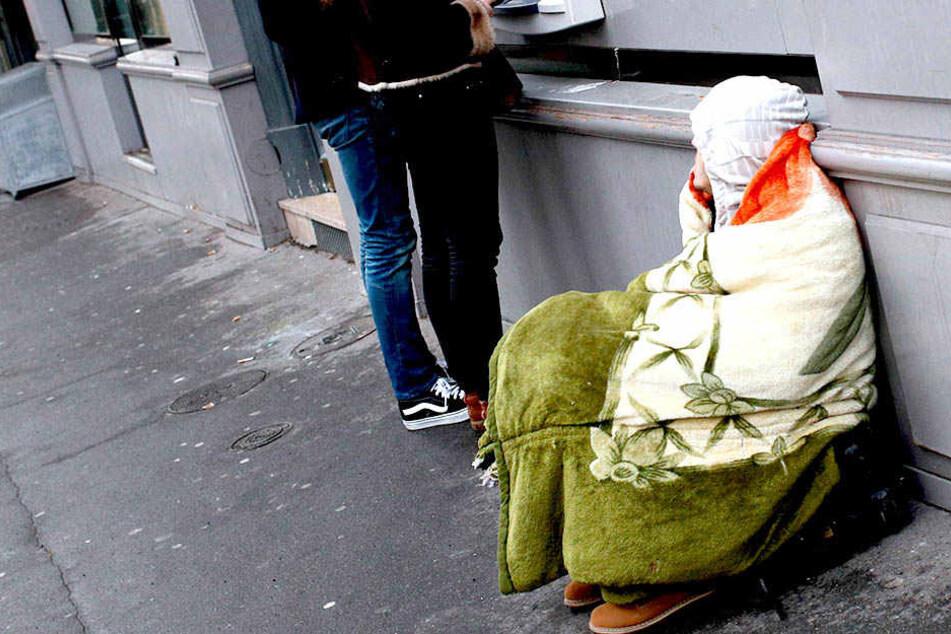 In Nordrhein-Westfalen geht es Leuten, die auf der Straße übernachten, an den Kragen - in finanzieller Hinsicht.