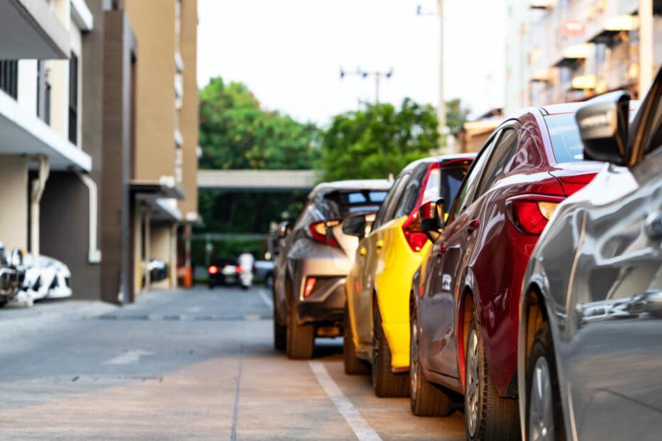 Mann stirbt, weil er zwischen zwei geparkten Autos steht