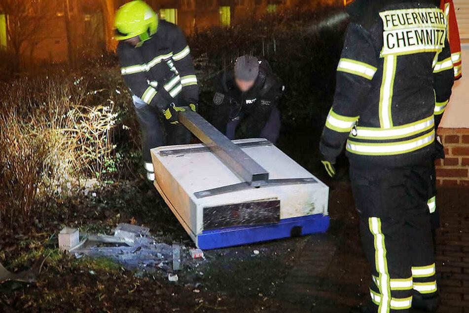 Feuerwehr und Polizei sichern Spuren.