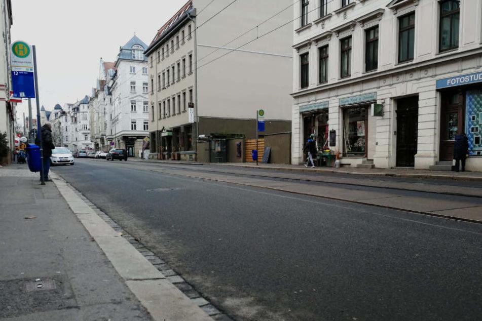 """In der Nähe der LVB-Haltestelle """"Fritz-Seger-Straße"""" wurde die junge Frau von einem Ford Focus erfasst und gegen einen weiteren Pkw geschleudert."""
