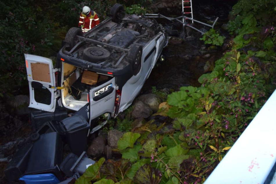 Fahranfänger rast durch Brückengeländer in Bach und wird schwer verletzt
