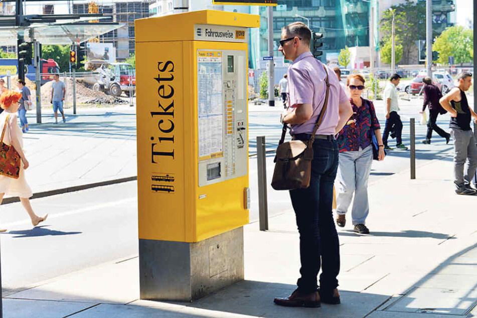"""Noch stehen die alten """"Blechtrottel"""" in Dresden. Ab nächste Woche kommen  zuerst acht neue Automaten im Testbetrieb, der Rest folgt bis zum Jahresende."""