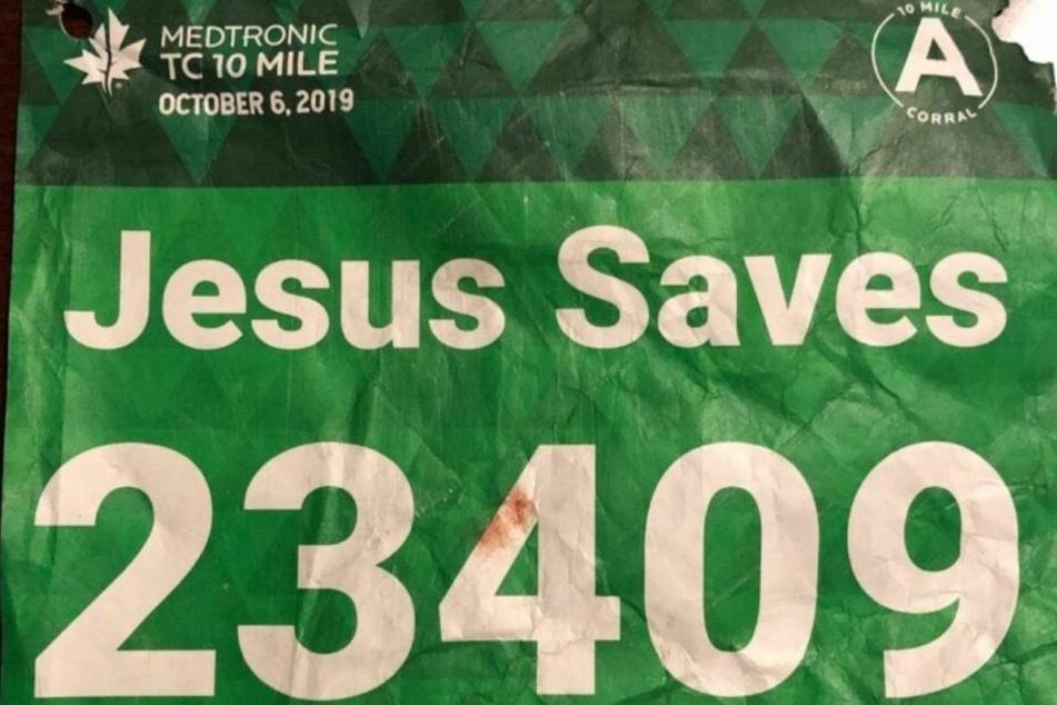 """Statt seines Namens ließ sich Tyler Moon """"Jesus Saves"""" über die Laufnummer drucken."""