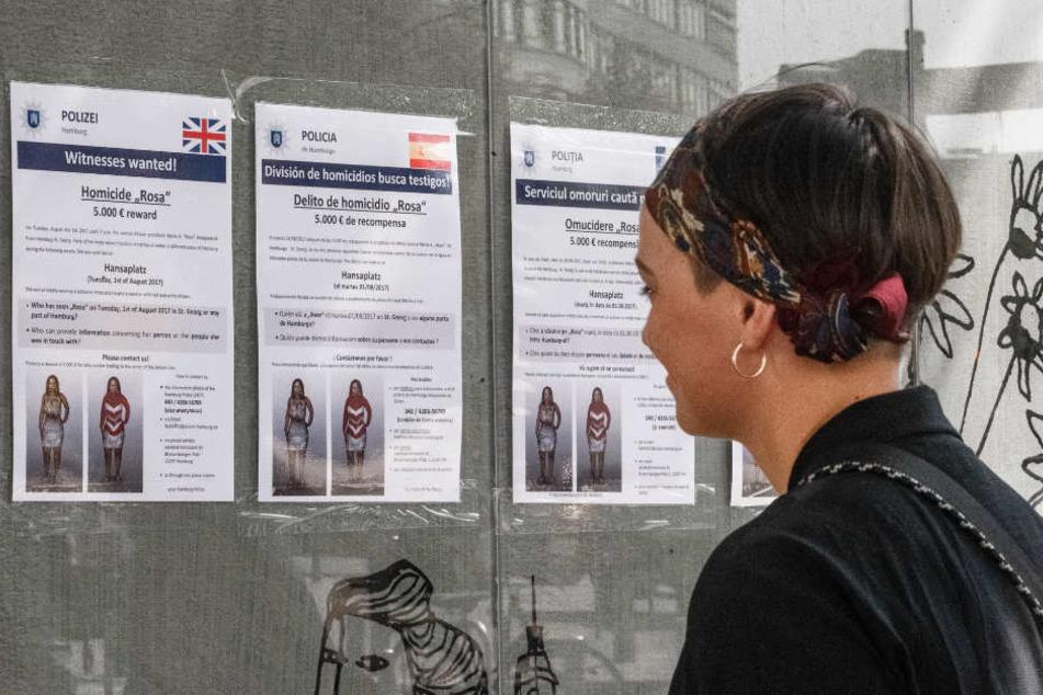 Die Plakate sind in mehreren Sprachen aufgehängt.