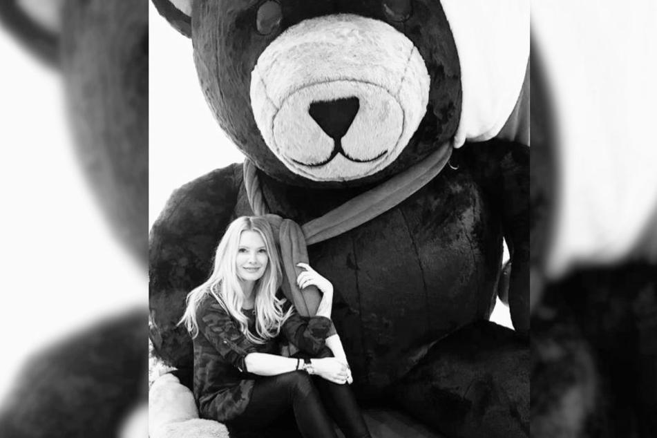 Auf ihrem Instagram-Profil zeigt sich Mirja Du Mont verkuschelt mit einem Riesen-Teddybär.