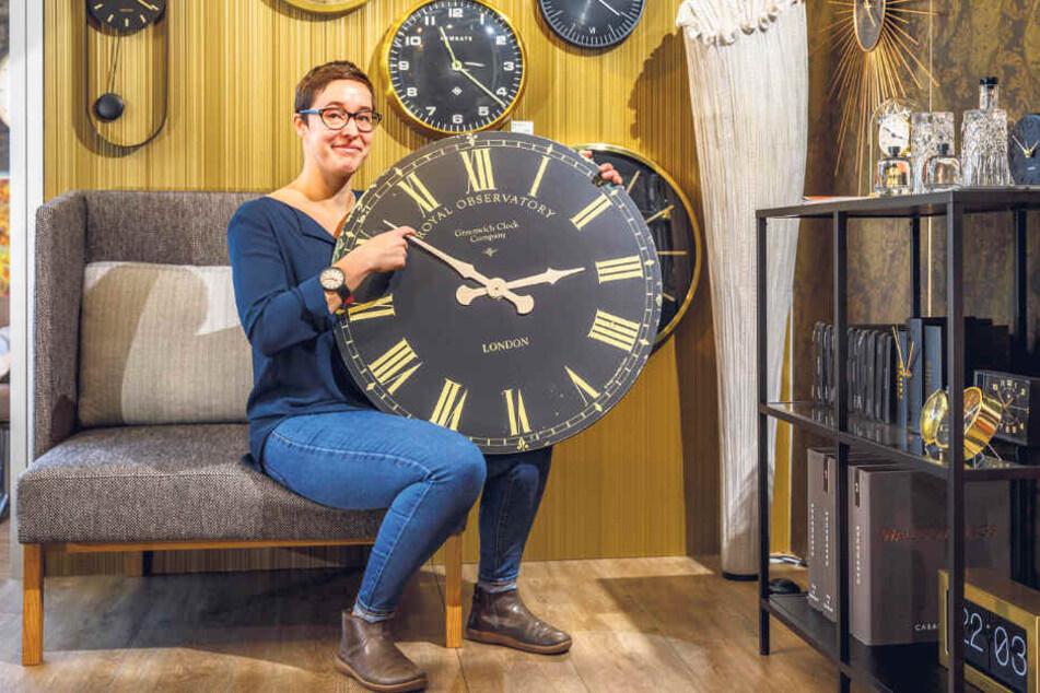 Bei Anne Opitz im Geschäft müssen am Montag rund 100 Uhren auf Winterzeit umgestellt werden.