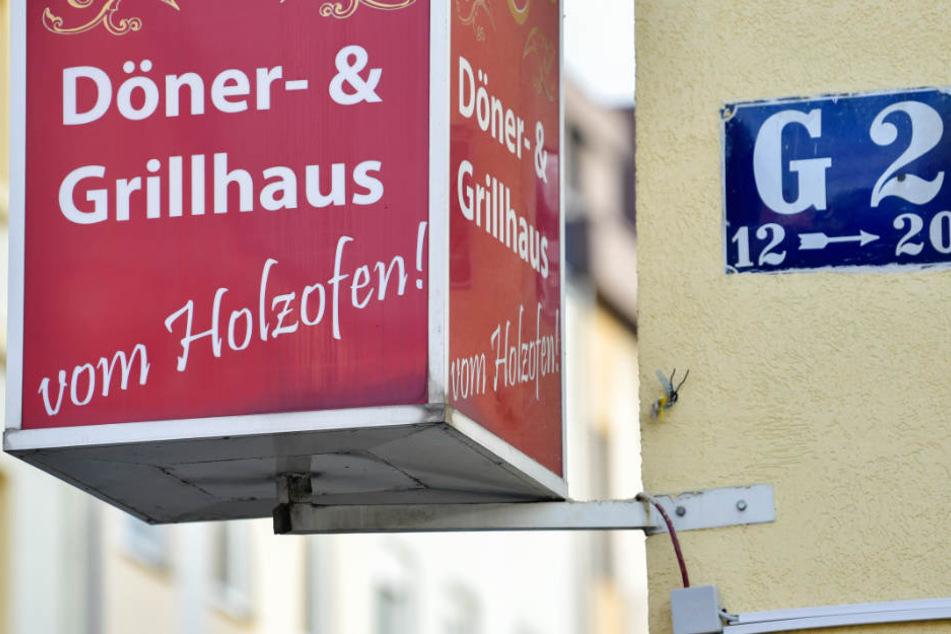 Ein Schild weist auf ein Grill-Restaurant in der Nähe des Marktplatzes hin.