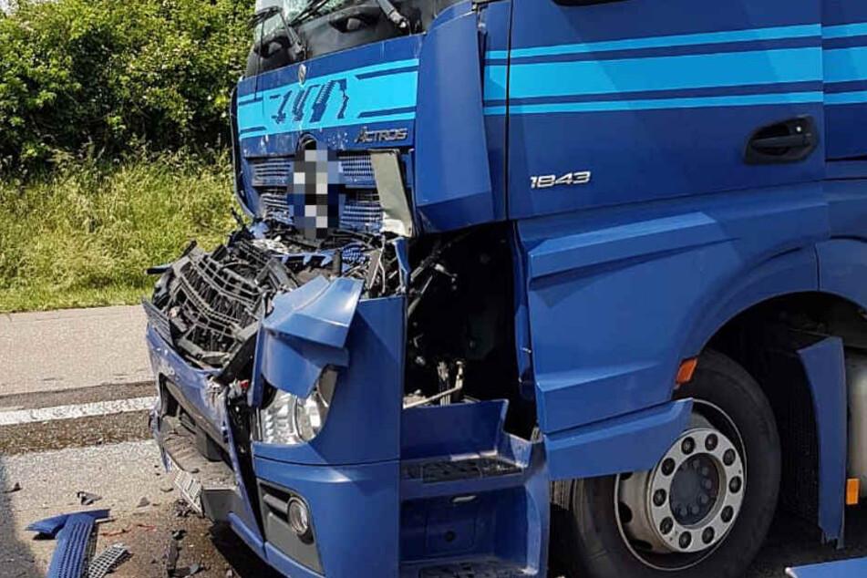 Das Foto zeigt einen Lkw, der an dem Auffahrunfall bei Butzbach beteiligt war.