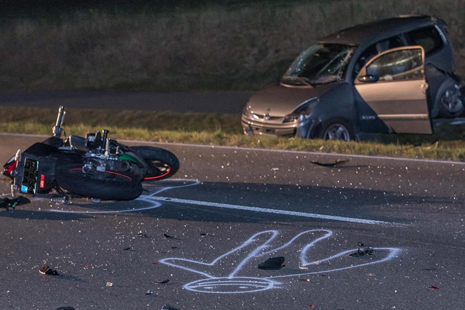 Schwerer Unfall! 17-Jähriger rast mit Motorrad in Kleinwagen