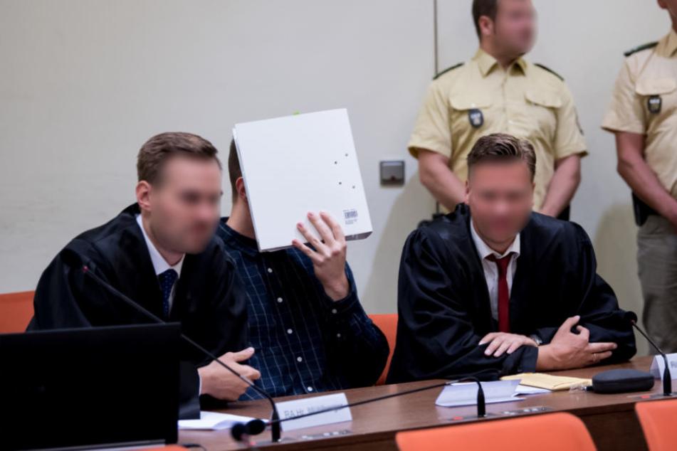 Unter anderem wird dem Angeklagten fahrlässig Tötung vorgeworfen.