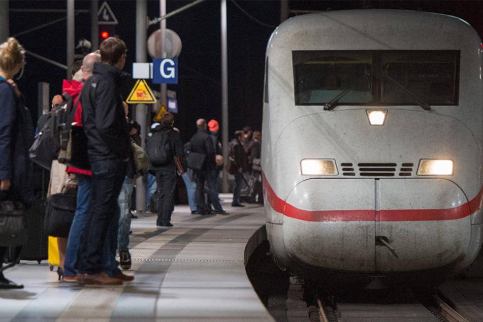 Wartende Passagiere am Hauptbahnhof in Berlin.