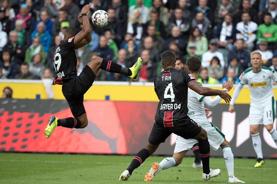 Hierfür gab es Elfmeter: Benjamin Henrichs (l.) schießt sich den Ball unglücklich selbst an die Hände.