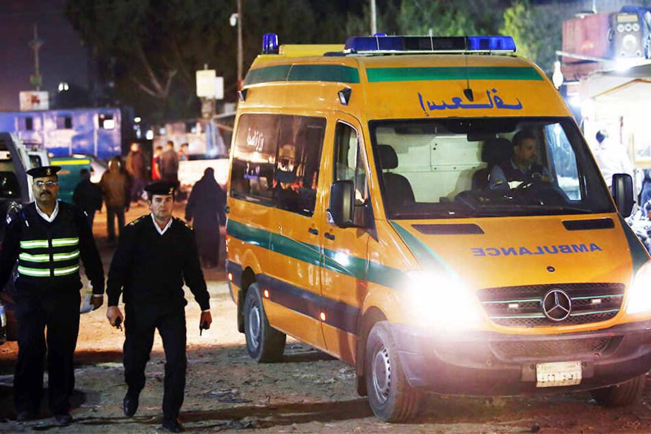 Ein Krankenwagen steht nahe der Stelle, an der ein Polizist bei dem Versuch, eine Bombe zu entschärfen, ums Leben kam.