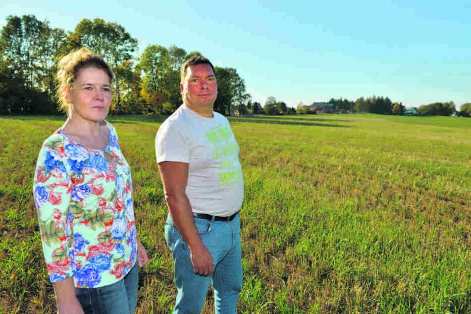 """Auf zwei Hektar Fläche soll die """"Eigenheimsiedlung Pfarrwaldblick"""" entstehen. Die Anwohner Barbara Ullman (52) und Sven Trommler (47) halten nichts von den Plänen."""
