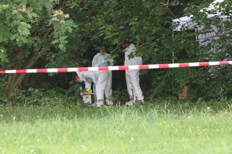 Die Mordkommission sichert Spuren an einem Leichenfundort in Berlin-Treptower Park.